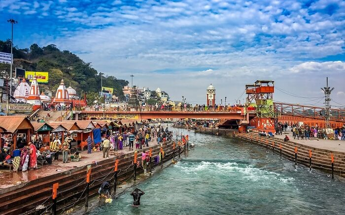 Devotees-taking-a-bath-the-Ganga-river-in-Har-Ki-Pauri-in-Haridwar-ss24102017